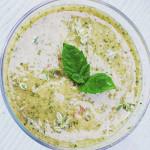 Zelené smoothie s divokými bylinkami a květy